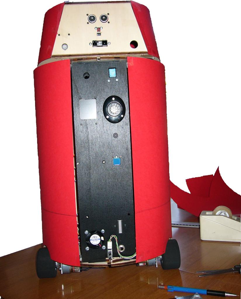 Il robot DoRG sta provando il modello in cartoncino rosso per fare il vestito definitivo.